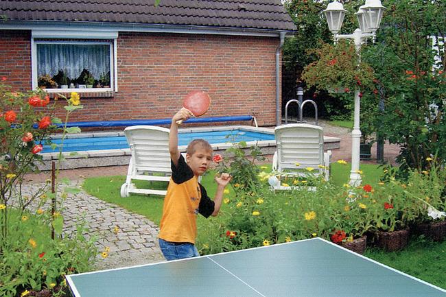 Tischtennis hinter dem Haus
