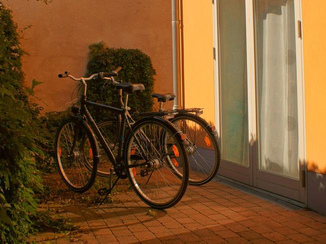 Fewo Yachthafen - Terrasse mit Fahrrädern