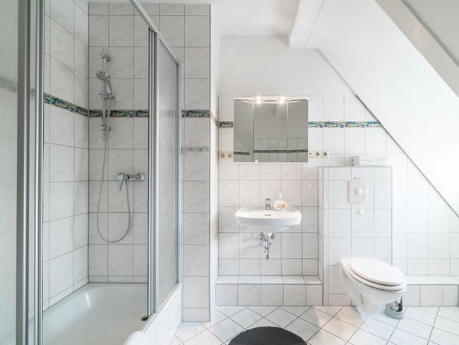 Dachgeschoss   Helles Und Geräumiges Badezimmer. U2039u203a