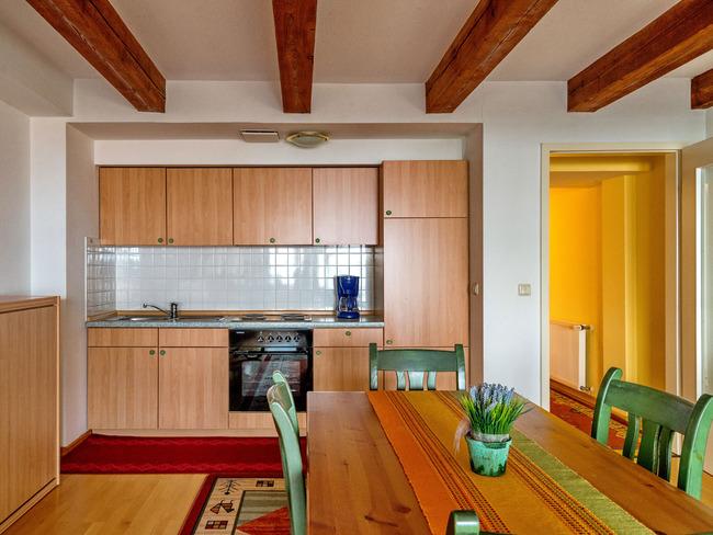 Wohnzimmer - Esstisch und Küche