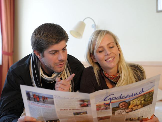 Paar mit Zeitung