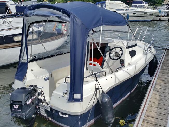 fewo-yachthafen-kajuetenboot