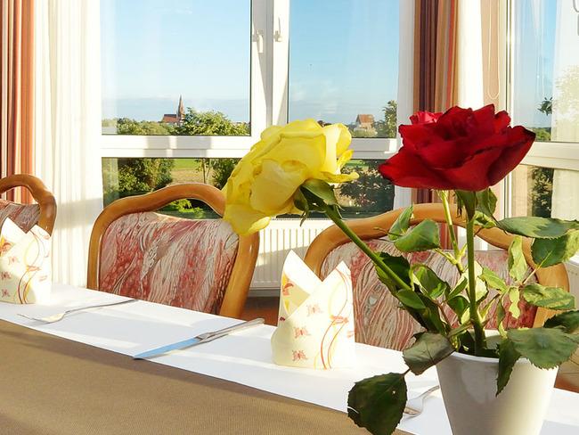 Tisch mit Rosen