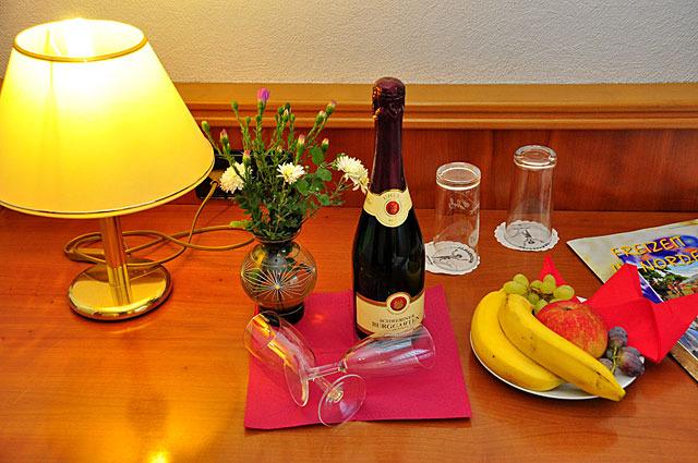 Zimmerservice mit Sekt und Obst