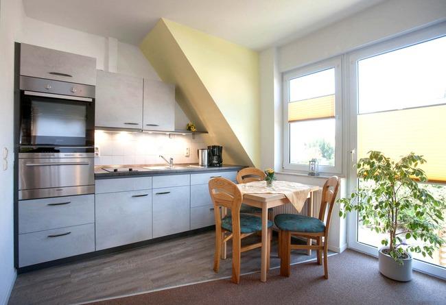 Küchenzeile mit Essecke - Ferienwohnung Nils Boltenhagen