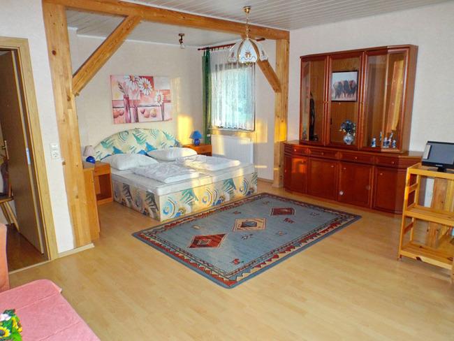 Ferienhaus - Wohn- und Schlafzimmer