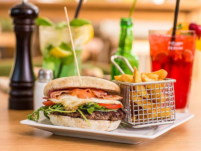 Burger essen im Restaurant