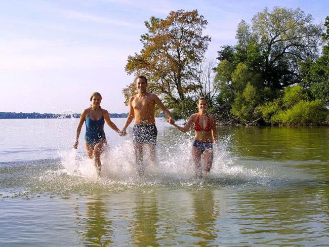 Badegäste im Schweriner See beim Ferienpak Retgendorf