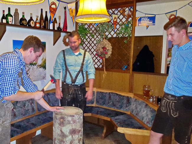 Oktoberfest - Baumstammnageln im Ferienpark Retgendorf am Schweriner See
