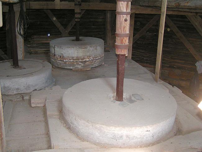 Mahlsteine der Mühle