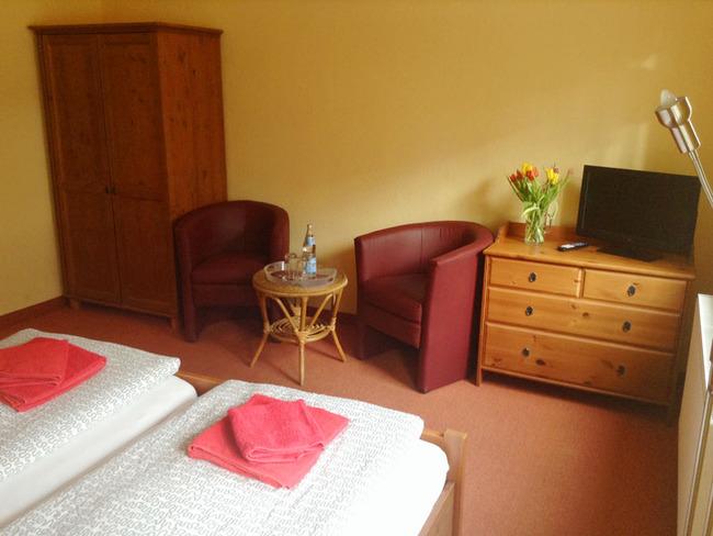 Doppelzimmer mit Sitzecke und TV