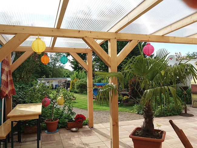 überdachte Terrrasse mit Blick in den Garten