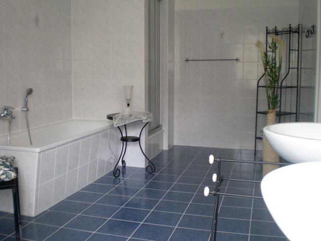 Fewo Plau Badezimmer mit Wanne und 2 Waschbecken