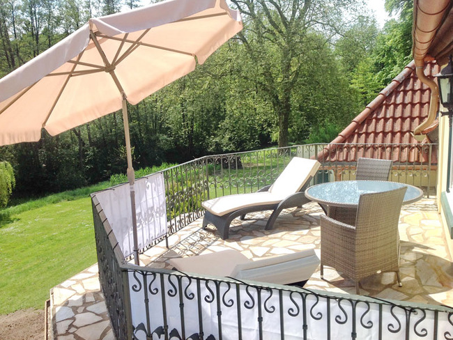Fewo Eldeblick Balkon mit Liegestuhl und Sonnenschirm
