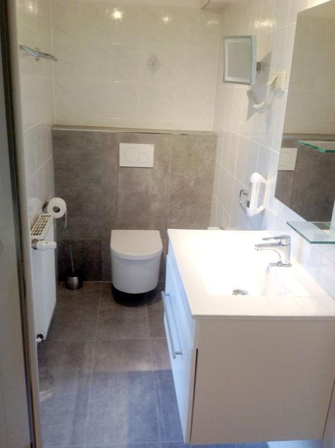 Fewo Seeblick Badezimmer mit Waschtisch und Toilette
