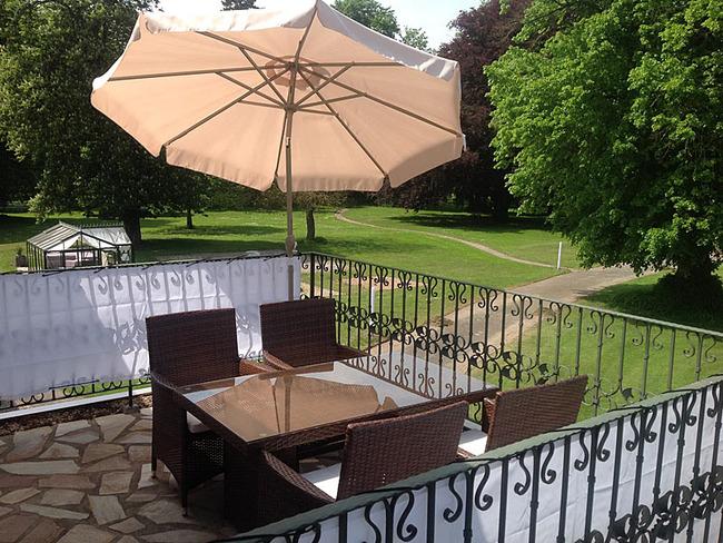 Fewo Seeblick Terrasse mit Sitzgelegenheiten und  Blick ins Grüne