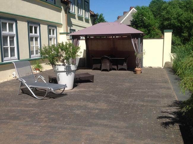 Fewo Weisin Terrasse der Ferienwohnung mit Blick in den Garten