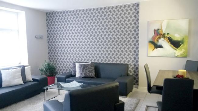 Fewo Weisin Wohnzimmer mit Couch und Esstisch