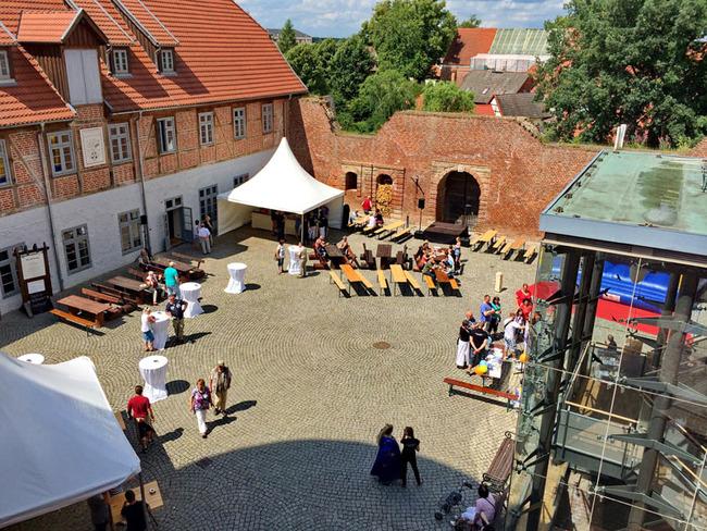 Feier im Burginnenhof mit Pavillons und Sitzbänken