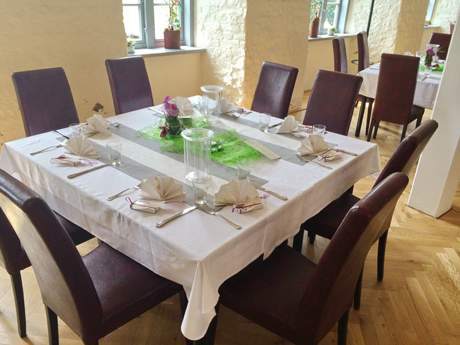 dekorierter Mittagstisch für 8 Personen im Restaurant