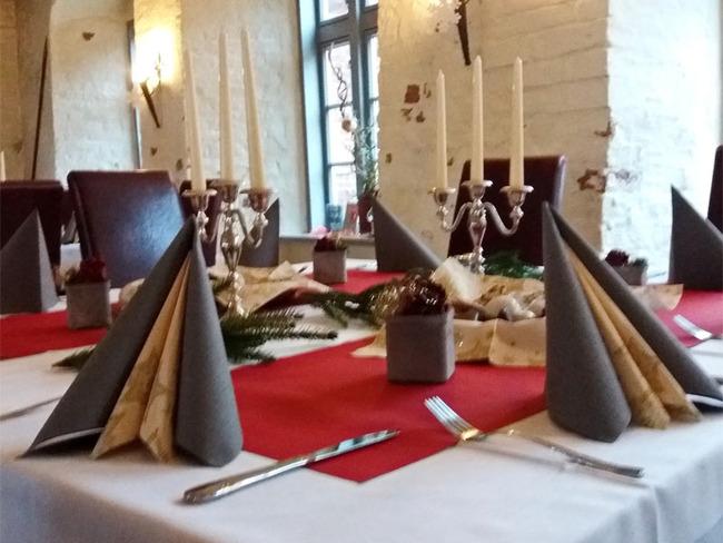 Tisch mit Weihnachtsdekoration im Restaurant