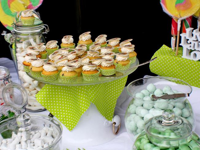 Kindertisch mit Muffins und Süßigkeiten