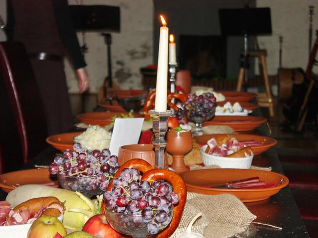 mittelalterliche Tafelei und Musik im Weinkeller