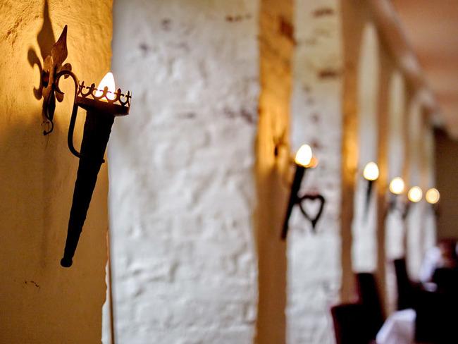 Restaurant mit historischen Wandleuchtern