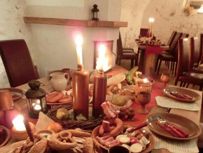 Weinkeller mit loderndem Kamin und deftiger Brotzeit