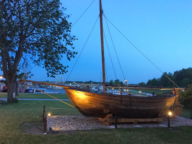 Abendstimmung mit altem Segelboot und Hafenblick