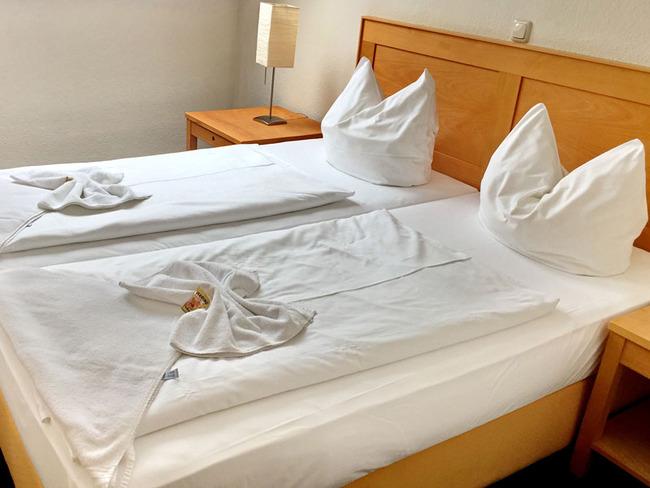 helles und freundliches Doppelzimmer mit Bett, Nachttischen und Lampen