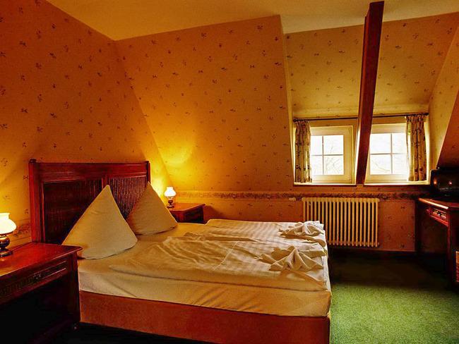 Doppelzimmer im Dachgeschoss mit Bett, Schreibtisch und TV