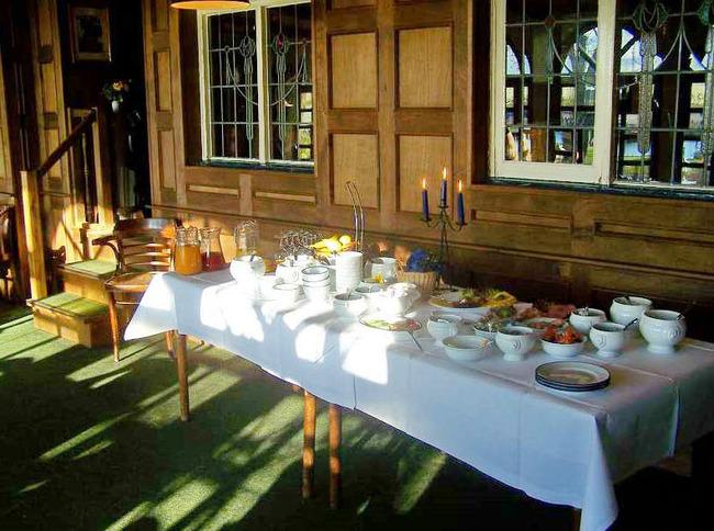 köstliches Frühstücksbuffet mit frischen Zutaten im Restaurant