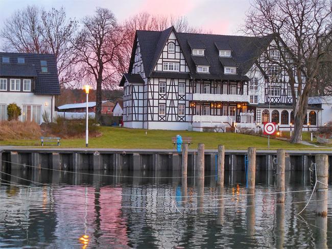 Abendstimmung mit Sicht auf das Hafenbecken und Hotel