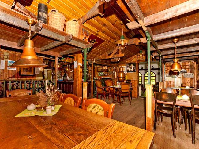 gemütliche und rustikale Schankstube mit Bar