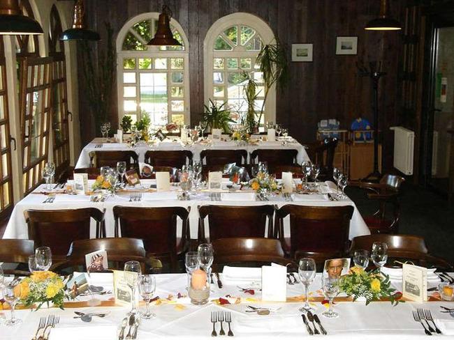 Veranda mit festlich gedeckten Tafeln für eine Feier