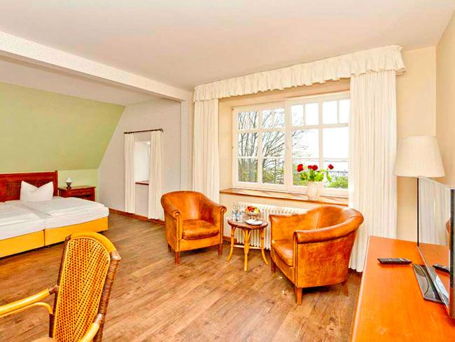 großes, hell eingerichtetes Doppelzimmer mit Sitzecke und TV
