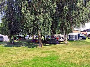 Campingplatz im Grünen mit Zelten und Wohnwagen