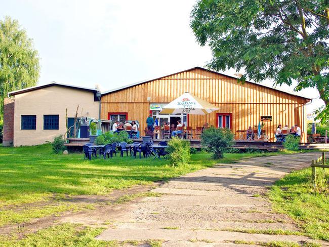 Gäste auf der Sonnenterrasse der Gaststätte Camper-Treff