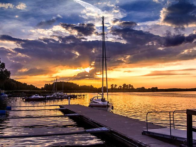 Abendstimmung mit Segelbooten im Hafen Lassan