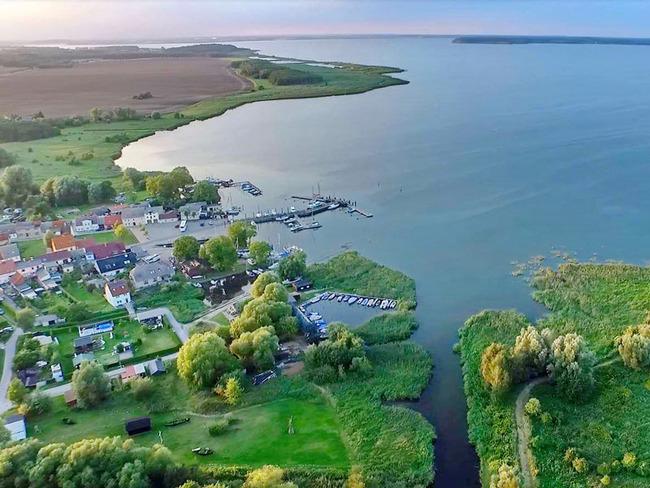 Luftansicht von Lassan mit Hafen, Peenestrom und Achterwasser