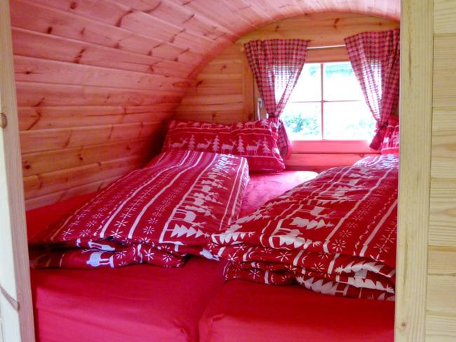 gemütliches Schlaffass aus Holz mit Doppelbett (2 x 2 m groß)