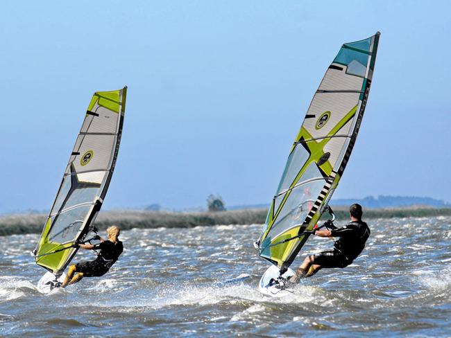 zwei Surfer in Action auf dem Wasser
