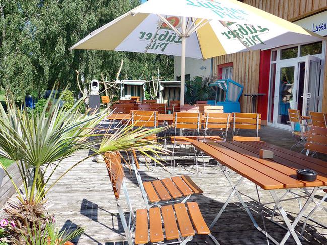 """Sonnenterrasse mit Grill der Gaststätte """"Camper-Treff"""""""