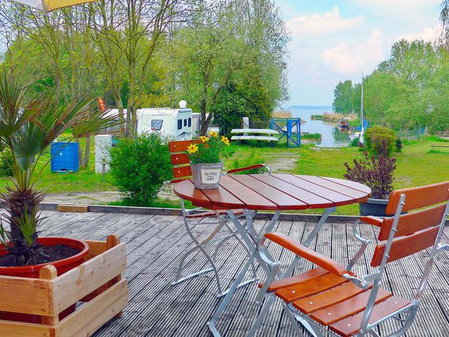 Terrasse mit Blick auf Wohnwagen und den Kanal