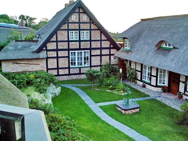 Blick auf das Dünenhaus und dem Hof