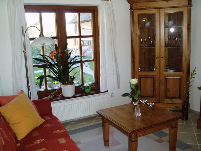 Wohnzimmer mit Couch und Blick auf den Hof