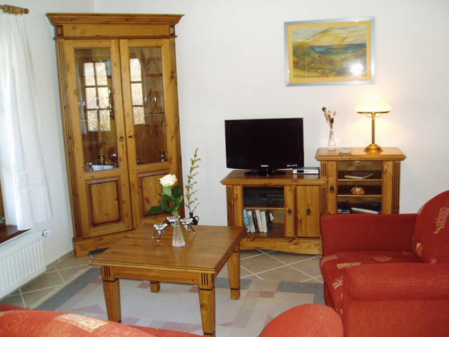 Wohnzimmer mit TV und Vitrine