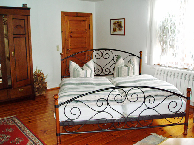Doppelbett im Wohnraum