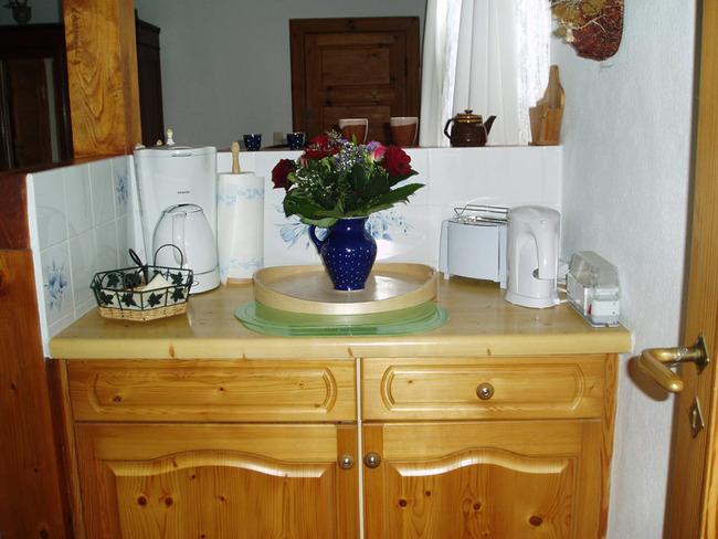 kleine Küchenecke mit Wasserkocher und Kaffeemaschine